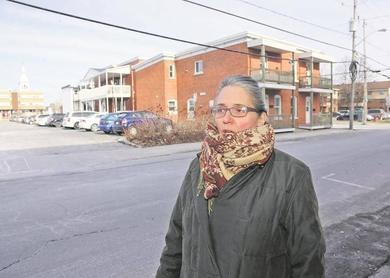 Andrée Rochon, agente de développement de Logemen'mêle, fait campagne contre le projet de démolition de trois édifices à logements longeant la rue Marguerite-Bourgeoys, au centre-ville