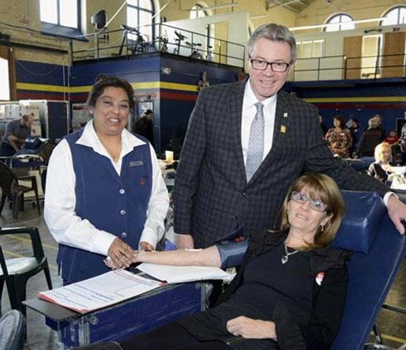 Suzanne Lépine, la conjointe du maire Claude Corbeil, a profité de la collecte de son mari pour offrir son premier don de sang. Au total, 348 personnes l'ont imitée.