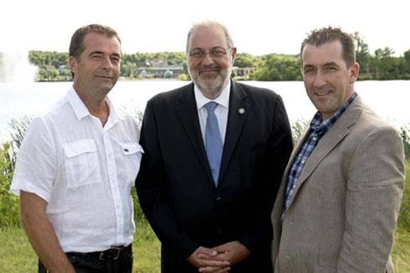 Le ministre Pierre Arcand, entouré de Sylvain Michon, président de l'Organisme de bassin versant de la Yamaska (à gauche) et de Paul Sarrazin, président de la Fondation pour la sauvegarde des écosystèmes du territoire de la Haute-Yamaska.