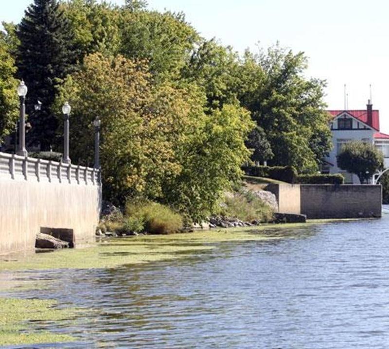 Le mur de soutènement de la terrasse Louis-Côté (à gauche) doit être prolongé jusqu'à l'autre mur existant au bord de la rivière Yamaska afin de consolider le talus, de même que les fondations de la rue Girouard Ouest.