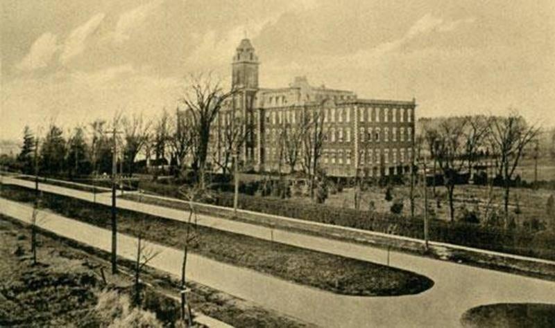 Le Collège Sacré-Coeur, après 1915. Devant, le tracé de ce qui allait devenir le boulevard Laframboise.