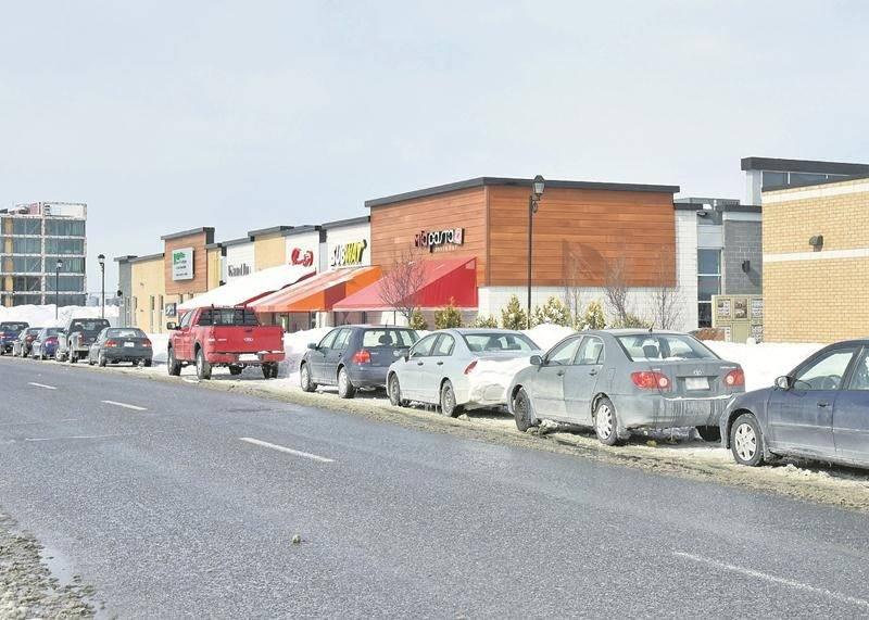 Plusieurs voitures étaient stationnées en bordure du boulevard Casavant Est lors du passage du COURRIER le 16 mars.   Photo François Larivière | Le Courrier ©