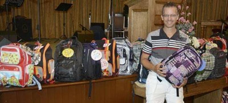 Le pasteur Guy Gosselin et la coordonnatrice Josianne Charbonneau (absente sur la photo) ont offert des sacs à dos remplis d'effets scolaires à plusieurs jeunes de Saint-Hyacinthe.