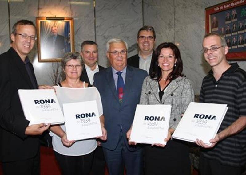 André H. Gagnon, marchand Rona de Saint-Hyacinthe, était de passage à l'Hôtel de Ville de Saint-Hyacinthe le 24 août afin de remettre quelques exemplaires du livre relatant la petite histoire de la société Rona. Il est possible d'emprunter les livres Rona de 1939 à aujourd'hui dans les bibliothèques municipales de la Ville.