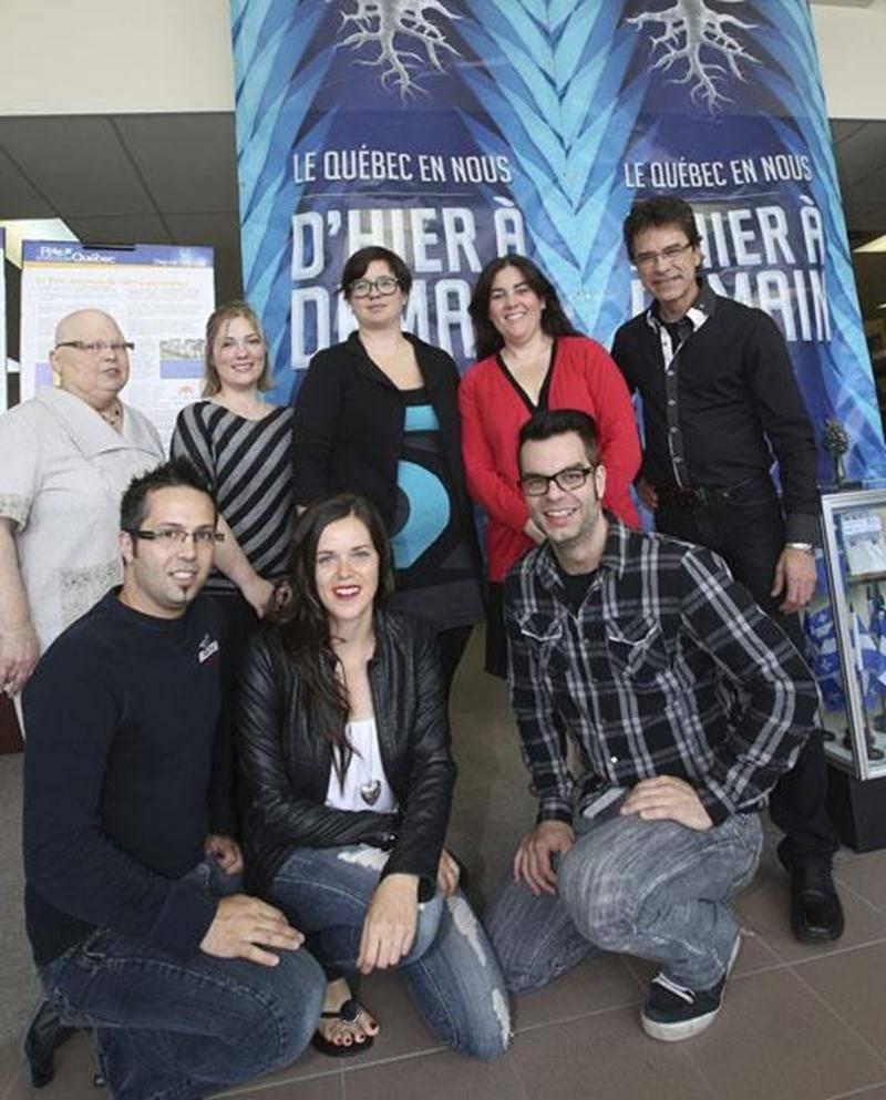 Le comité organisateur de la Fête nationale du Québec à Saint-Hyacinthe avec les membres du groupe Karma (à l'avant) et le chanteur Yvan Pion (à l'arrière, à droite).