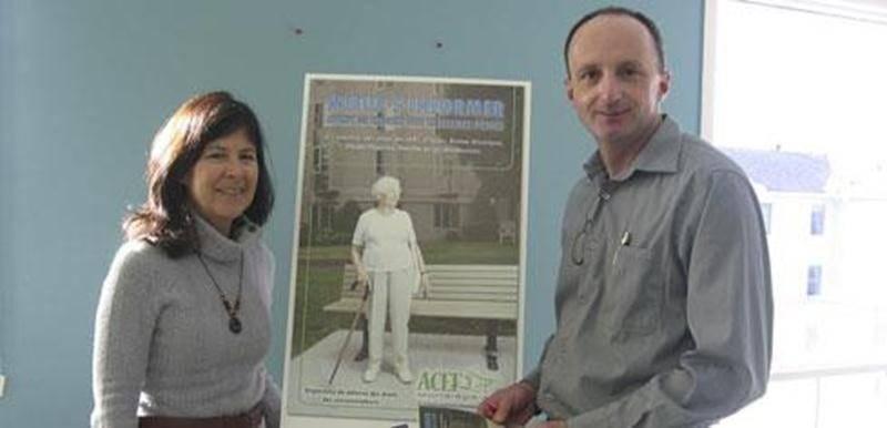 Hélène Plourde et Roger Lafrance, respectivement rédactrice de la brochure et responsable du volet Logement et coordonnateur de l'ACEF Montérégie-est, présentent la toute nouvelle brochure à l'intention des aînés « Mieux s'informer avant de choisir une résidence privée ».
