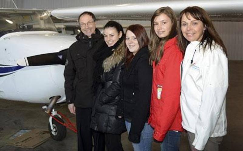 C'est à bord d'un appareil comme celui-ci que les étudiantes Karen Moquin-Fleury, Carolane Bilodeau et Naïla Verret ont eu l'occasion de prendre les commandes l'an dernier. Elles sont accompagnées d'André Morin, propriétaire de l'école de pilotage Aviation DM et de Johanne Bédard, instigatrice de l'activité.