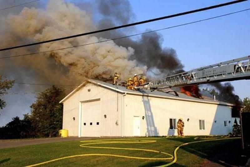 Les pompiers ont lutté contre les flammes durant quatre heures avant de les maîtriser complètement.