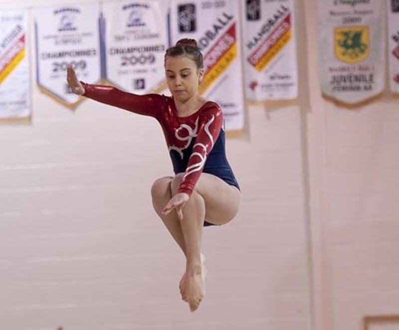 Léanne Lavoie s'exécute à la poutre lors de la deuxième sélection provinciale de gymnastique artistique.