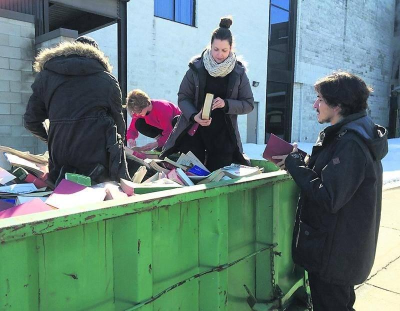 Des étudiants du Cégep de Saint-Hyacinthe ont tenté de donner une 2e vie aux centaines de livres envoyées au recyclage par l'établissement scolaire. Photo Facebook