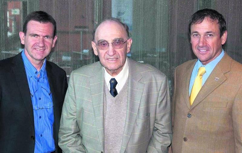 Au centre de la photo, le fondateur de la Fromagerie Damafro, Claude Bonnet en compagnie de ses fils Michel (à gauche) et Philippe. Courtoisie Le Devoir