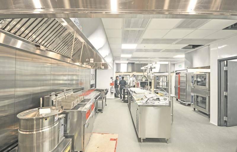 Le coin rôtisserie de la cuisine principale du centre des congrès.    Photo Ville de Saint-Hyacinthe
