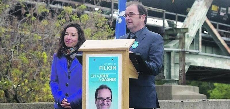 Martine Ouellet, porte-parole du Parti québécois en matière de transport, a pourfendu le projet de terminal pétrolier de Belledune en compagnie du candidat du Bloc québécois dans le Saint-Hyacinthe/Bagot, Michel Filion. Durant le point de presse, un convoi de brut est passé sur le pont.  Photo Bloc québécois