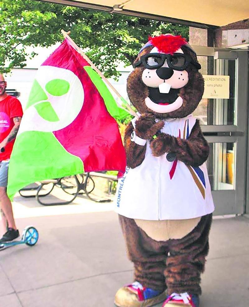 Même la mascotte Hourra a encouragé les athlètes de Richelieu-Yamaska pendant la Finale provinciale des Jeux du Québec de Montréal. Photo Courtoisie Steve Côté