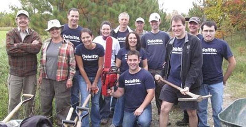 Lors de la Journée Impact de Deloitte, Benoit Lavoie et son équipe sont venus prêter main-forte aux bénévoles du Boisé des Douze. Une autre corvée mémorable qui a permis d'améliorer quelques portions de sentiers tout en respectant la végétation en place. Merci pour votre engagement et votre bonne humeur!