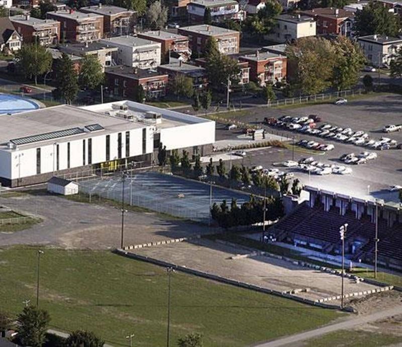 La Société d'agriculture préfère le terrain de tennis (au centre) au vétuste Centre culturel.