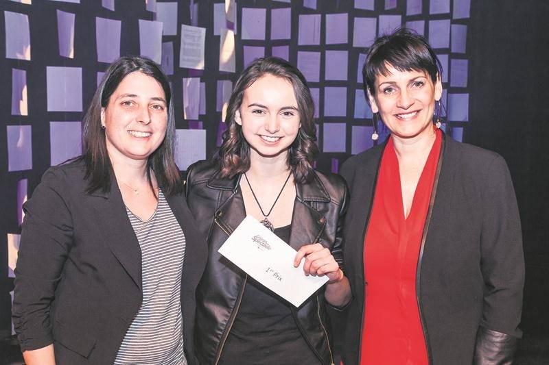 De gauche à droite : Anne Lemieux, technicienne en loisirs; Alexia Langis, récipiendaire du 1er prix; et Line Robillard, directrice adjointe à la direction des études et de la vie étudiante au Cégep de Saint-Hyacinthe.  Photo Michael Turcotte