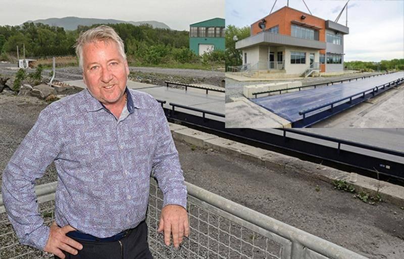 Patrick Dillaire, président de DDI centre de tri, n'est pas peu fier de sa récente acquisition du côté de Saint-Pie. Une toute nouvelle balance pour la pesée des poids lourds a été installée devant ce qui servira de siège social à l'entreprise.