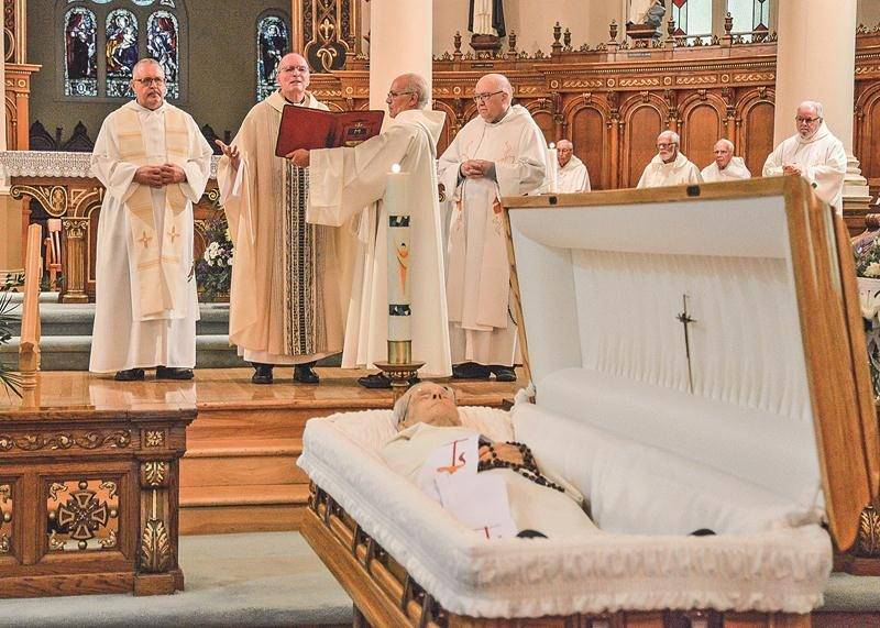 Mgr Lapierre en train de célébrer les funérailles. On remarque l'étole du père Lussier, qui a été placée à ses côtés durant la cérémonie. Photo François Larivière | Le Courrier ©