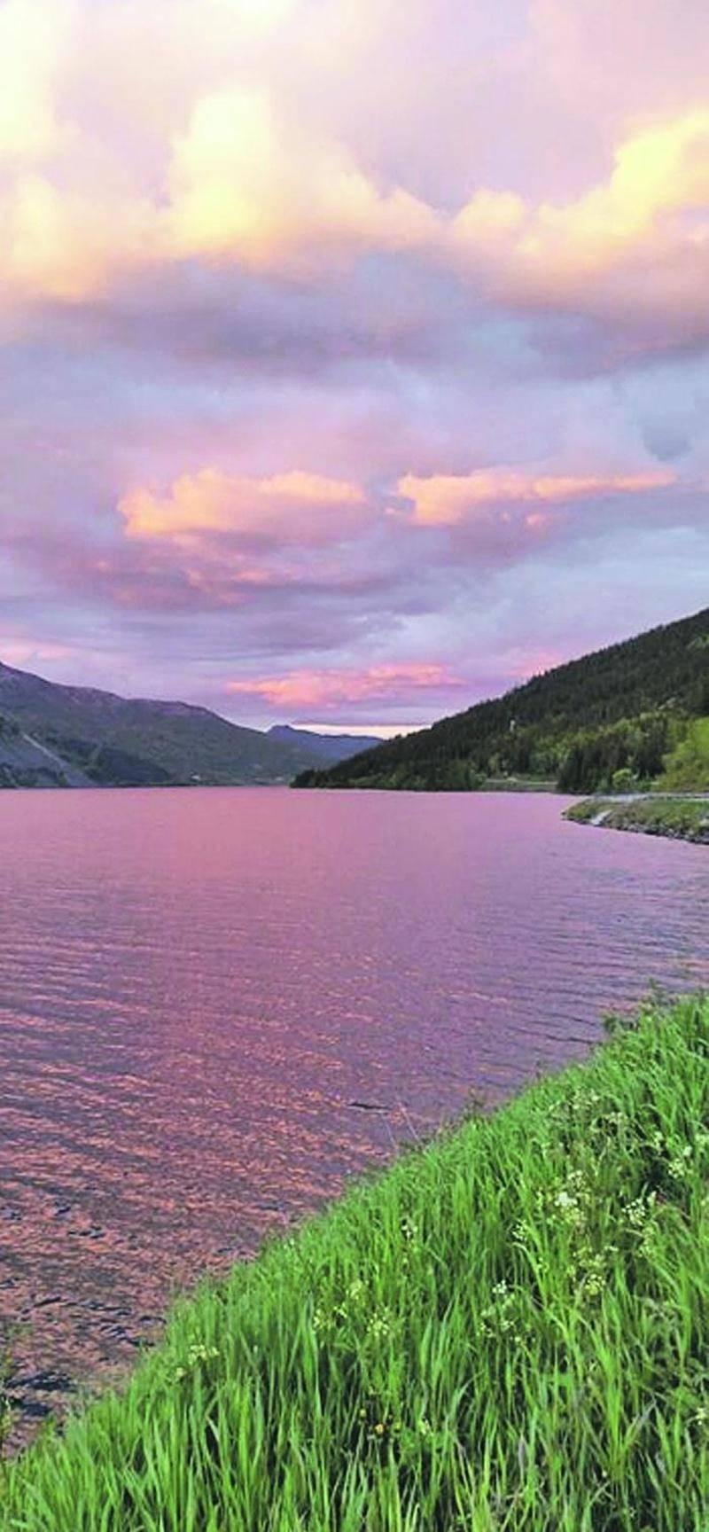 Vers 23 h, le soleil de Norvège entame sa lente descente, cédant le pas à un magnifique ciel couleur pastel. Photo Jean-Philippe St-Amand