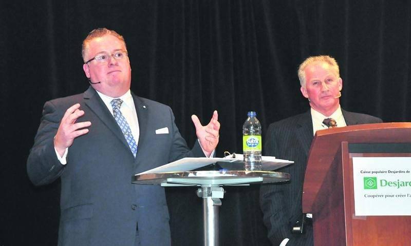 Sylvain Gosselin et Pierre Thibault, respectivement directeur général et président de la Caisse Desjardins de la Rivière Noire, ont exposé lors d'une assemblée spéciale, tenue à Saint-Valérien-de-Milton, les avantages d'un regroupement avec la Caisse d'Acton Vale.