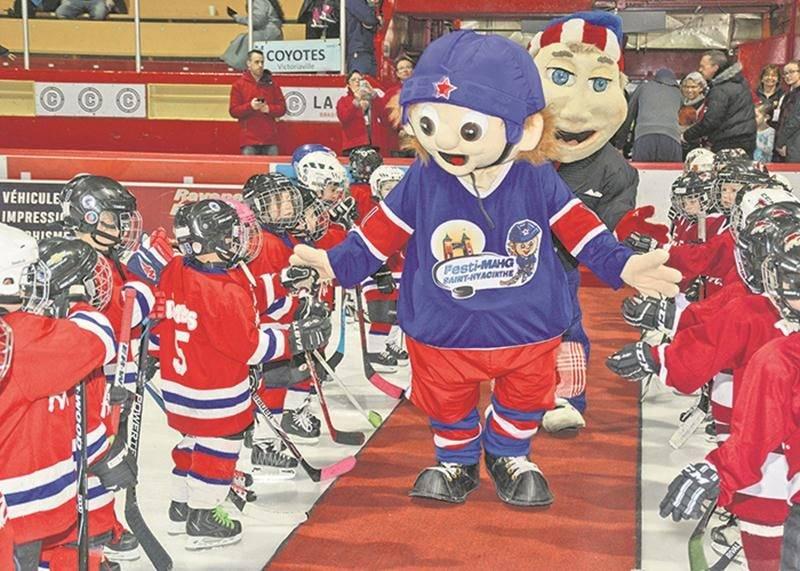 La mascotte officielle du Festi-Mahg, Rookie, a charmé les jeunes et les moins jeunes au cours de la fin de semaine. Photo François Larivière | Le Courrier ©