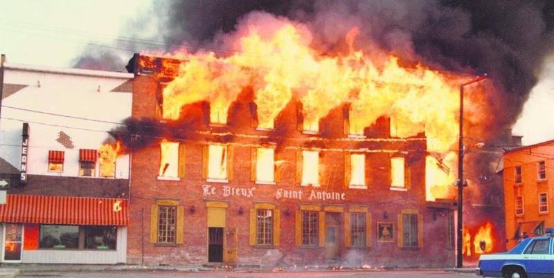 Le Vieux Saint-Antoine en proie aux flammes. Photographe inconnu
