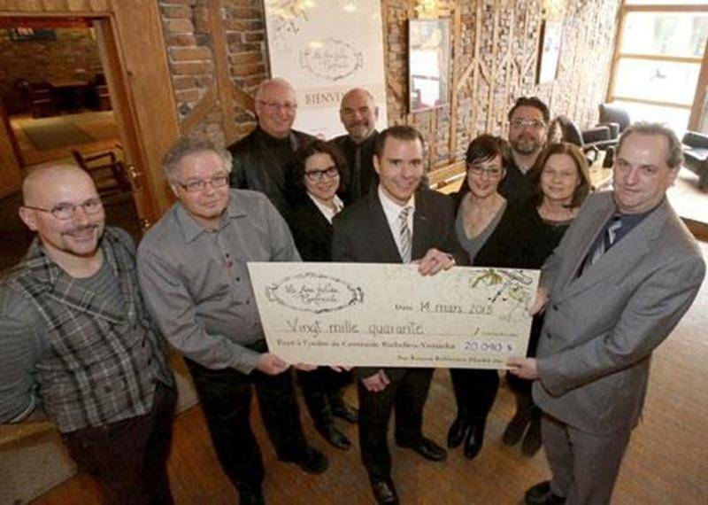 Les organisateurs de la soirée La fine tablée Centraide ont remis un chèque de 20 040 $ à Daniel Laplante, directeur général de Centraide Richelieu-Yamaska.