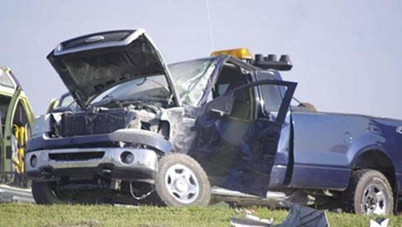 Un accident impliquant un poids lourd et une camionnette tirant une remorque a causé quelques problèmes à la circulation sur l'autoroute 20 en direction de Montréal à la hauteur du kilomètre 128 en matinée le 14 juin. Le conducteur du pick-up a perdu la maîtrise de son véhicule et s'est retrouvé perpendiculaire au trafic. Un poids lourd circulant dans cette voie l'a happé de plein fouet, provoquant même un incendie dans la camionnette. Les deux occupants ont pu sortir du véhicule, malgré des ble