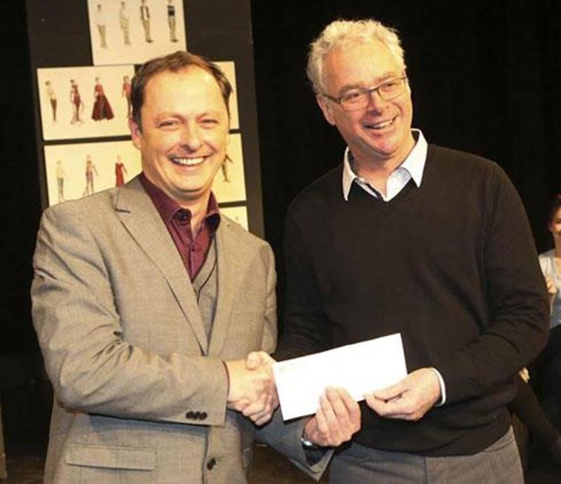 Pierre Leblanc, directeur des études et de la vie étudiante du Cégep de Saint-Hyacinthe, a reçu des mains de Jacques L'Heureux, président du conseil d'administration de la Caisse Desjardins de la Culture, une bourse de 3 000$ à l'intention des finissants de l'École de théâtre.