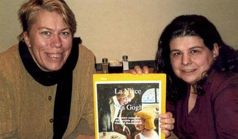 La population est invitée au lancement de « La nièce de Van Gogh », un livre illustré de toiles de l'artiste-peintre maskoutaine Chantal Duchesneau. L'auteure et sa collaboratrice, Stéphanie Coutu, vous feront voyager à travers l'univers artistique de Chantal lors de cette soirée qui aura lieu le vendredi 21 décembre, à 19 h, à la Bibliothèque T.-A.-St-Germain de Saint-Hyacinthe. Sur la photo, de gauche à droite, Chantal Duchesneau en compagnie de Stéphanie Coutu.