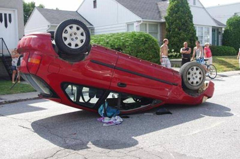 Un véhicule s'est retrouvé sur le capot après être entré en collision avec une automobile stationnée en bordure de la rue Saint-Luc à Saint-Hyacinthe. Le conducteur s'en tire avec des ecchymoses mineures et personne d'autre n'a été blessé lors de l'accident survenu le samedi 6 août en fin d'après-midi.