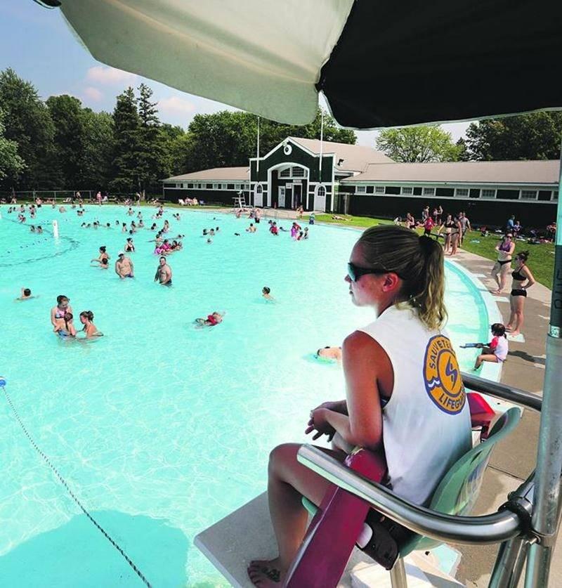 La piscine Laurier demeure le seul bassin public accessible en Ville pour se rafraîchir. Photo Robert Gosselin | Le Courrier ©