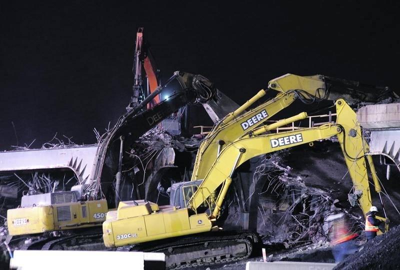 Un morceau de béton est tombé sur une nacelle durant la démolition du viaduc Laframboise, blessant un travailleur. Photo Dominique St-Pierre