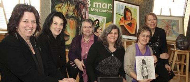 L'auteure-compositrice Sylvie Genest, à gauche, pose ici en compagnie d'artistes de la région qui exposeront certaines de leurs oeuvres dans le cadre de la Journée Internationale des femmes. Une initiative du comité Les 8Marskoutaines.