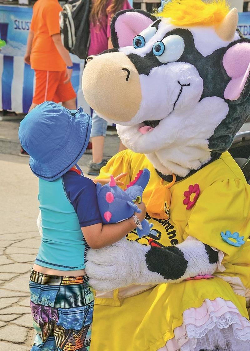 La mascotte de l'Expo, Mollie, fait la joie des plus petits qui la croisent sur le site de l'Expo. Face à la popularité de ce personnage, les organisateurs ont produit une peluche Mollie disponible à la vente.   Photo François Larivière | Le Courrier ©