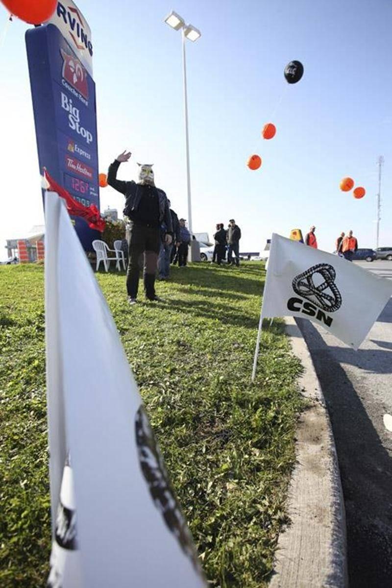 Plusieurs militants de la CSN sont venus appuyer les salariés du Couche-Tard de Saint-Liboire.