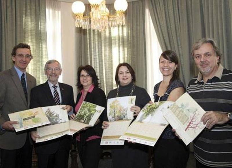 Les principaux artisans derrière la réalisation du calendrier municipal 2013 de la Ville de Saint-Hyacinthe.