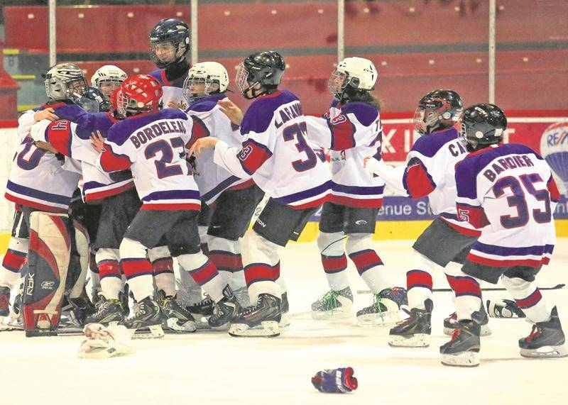 C'était l'euphorie sur la patinoire lorsque les dernières secondes de la finale se sont écoulées pour confirmer la victoire des Maskas dans la classe pee-wee B. Photo Robert Gosselin | Le Courrier ©