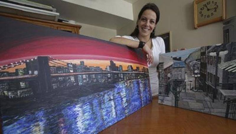 Julie Marie-Claude Lemaire s'adonne à la peinture depuis seulement un an et tente de faire sa place dans le domaine artistique puisqu'elle a décidé d'en faire son métier.
