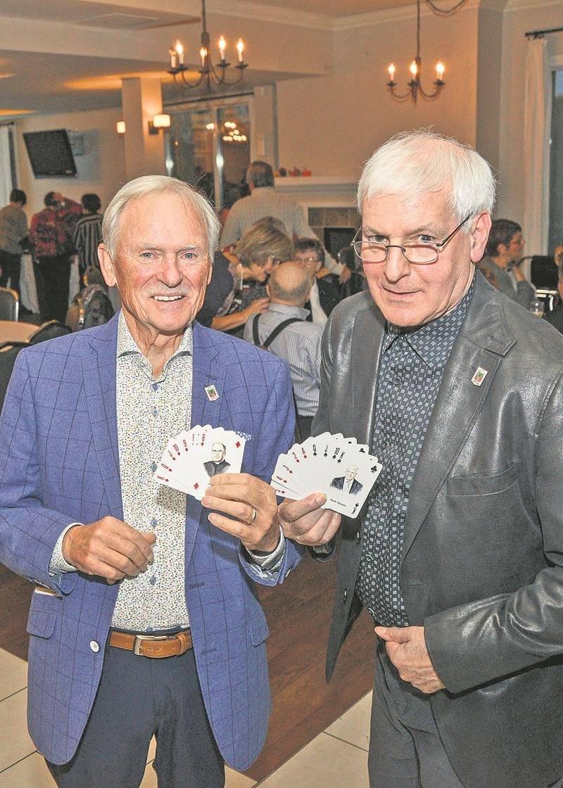 Claude A. Deslandes et Claude Deslandes n'étaient pas peu fiers du jeu de cartes lancé devant des dizaines de descendants de Jean Deslandes. Photo François Larivière | Le Courrier ©