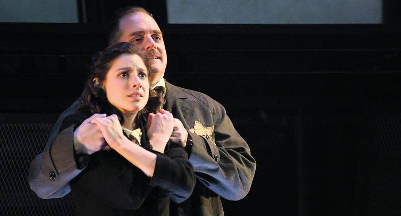 Mylène St-Sauveur et Paul Doucet interprétant respectivement Anne et son père Otto Frank. Photo Yves Renaud ©