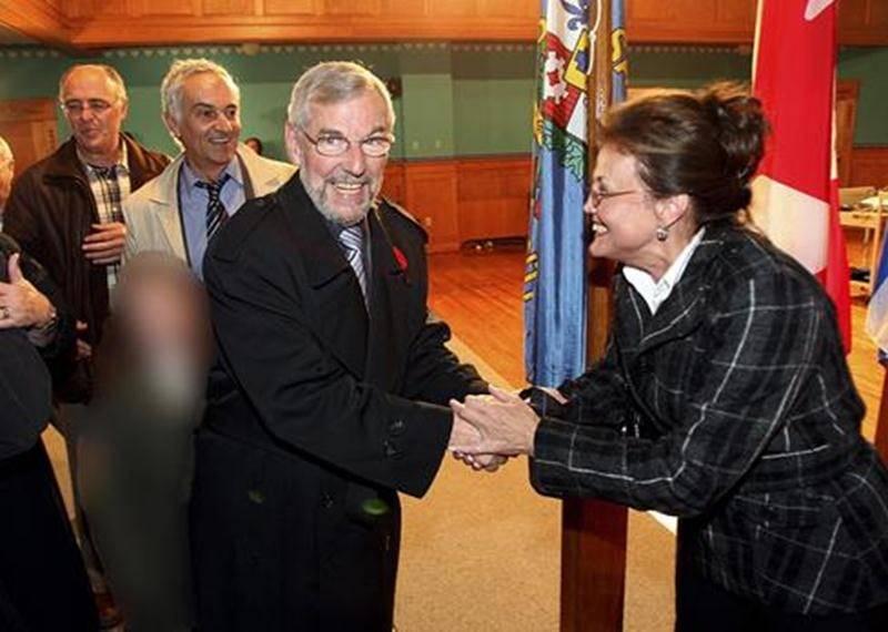 La photo « litigieuse » de la soirée électorale de novembre 2009 avec le maire Claude Bernier et sa petite-fille.