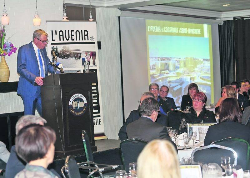 Le maire de Saint-Hyacinthe, Claude Corbeil, a animé mardi son quatrième « diner du maire » à la Chambre de commerce de la grande région de Saint-Hyacinthe.   Photo Robert Gosselin | Le Courrier ©