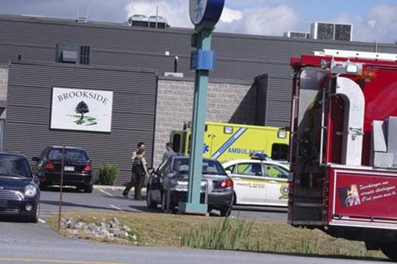 Un employé de chez Brookside a été transporté à l'hôpital, lundi, après avoir été incommodé par une forte odeur, à la suite de travaux effectués sur le toit de l'édifice. La partie du bâtiment où se trouve la rôtisserie a été évacuée le temps de dissiper les odeurs. Le problème a pu être rapidement réglé, permettant aux employés de réintégrer l'usine.