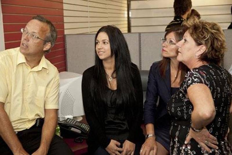 Louise Arpin suit le dévoilement des résultats en compagnie de Frédéric Sylvestre, de sa fille Cynthia Laguë et de Suzanne Michaud.