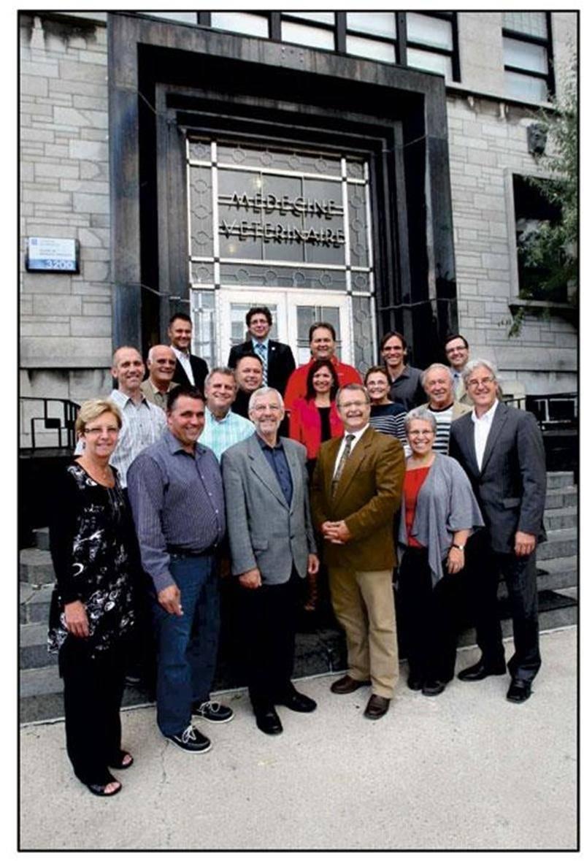 Claude Bernier, maire, et Dr Michel Carrier, doyen, en compagnie des membres du Conseil municipal et des représentants de la Faculté de médecine vétérinaire.