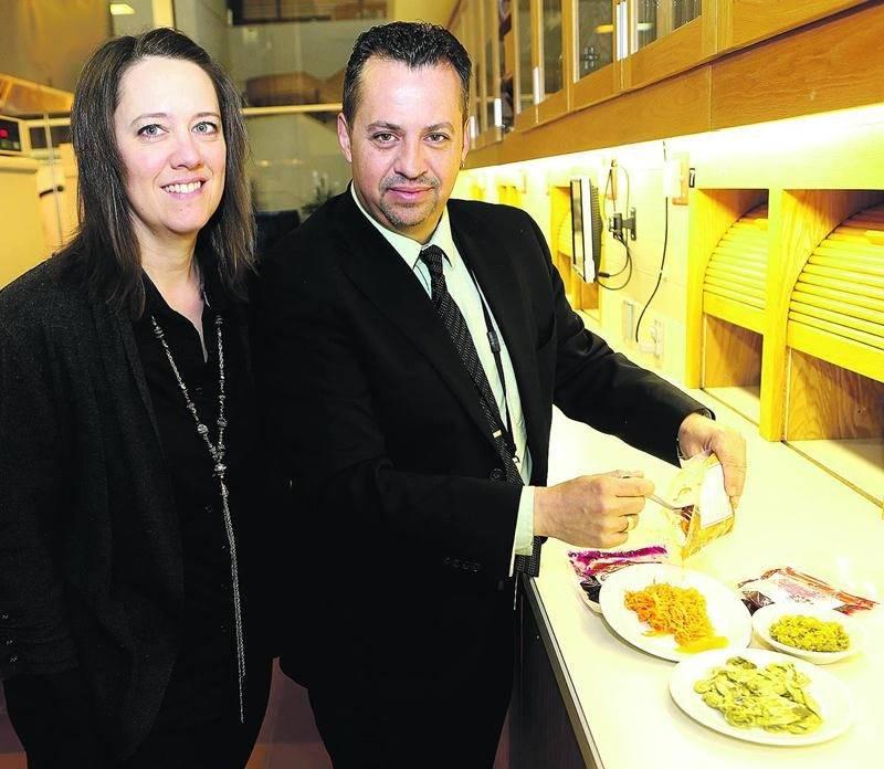 Le chercheur Tony Savard et son assistante Julie Barrette travaillent sur la fermentation des légumes au Centre de recherche et de développement sur les aliments de Saint-Hyacinthe. Photo Robert Gosselin | Le Courrier ©
