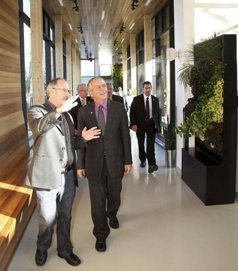 Claude Vallée, professeur et coordonnateur en innovation technologique en horticulture à l'ITA (à gauche) fait visiter le nouveau Pavillon horticole écoresponsable au ministre de l'Agriculture, François Gendron.