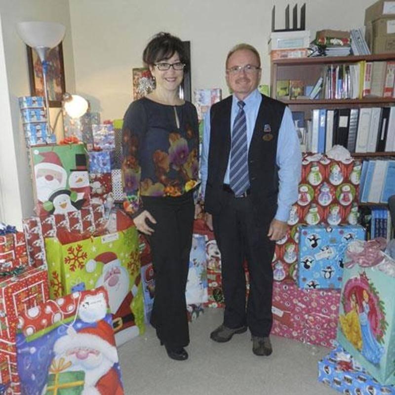 Sur la photo on aperçoit Suzanne Tardif, chef des programmes petite enfance et jeunesse au CLSC des Maskoutains; et Pierre St-Louis, gérant de la pharmacie Jean Coutu des Galeries St-Hyacinthe.